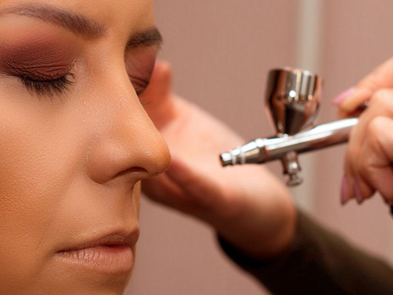 Maquillaje facial con aerógrafo