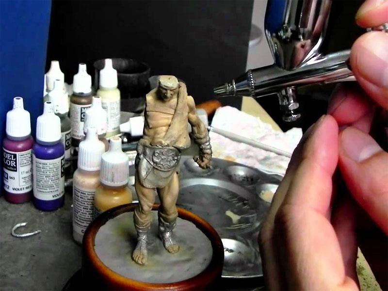 Pintando figura para maqueta con aerógrafo